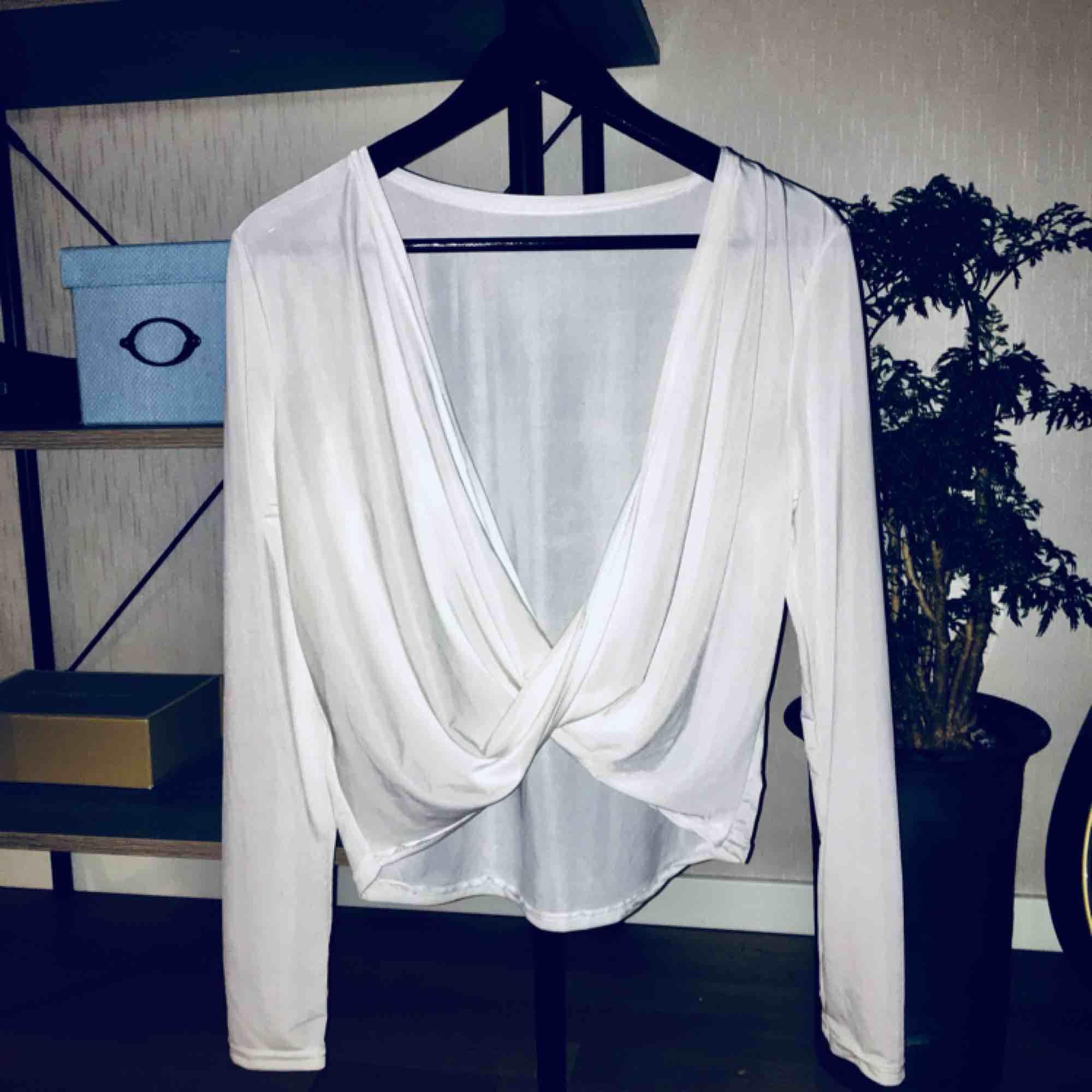 Skit snygg urringad, långärmad tröja. Kort i modellen där den slutar strax över byxkanten. Säljer pga av sällan använd. . Toppar.
