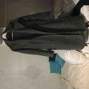 lång grå kappa från bik bok