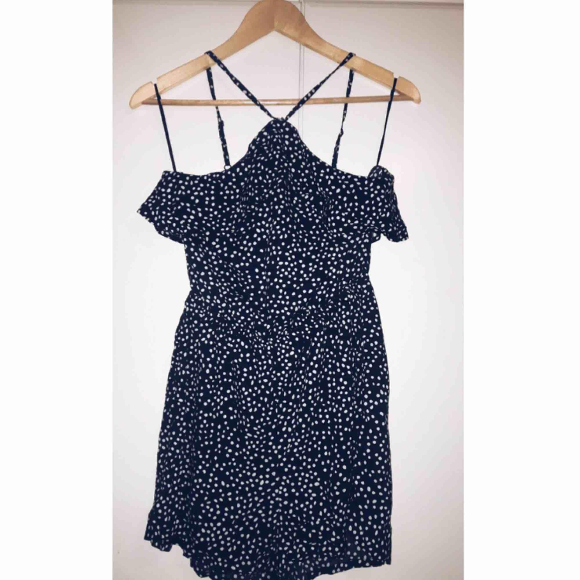 Super skön playsuit för sommaren, använd fåtal gånger fortfarande som ny. Köparen står för frakten, använder swish. :). Klänningar.