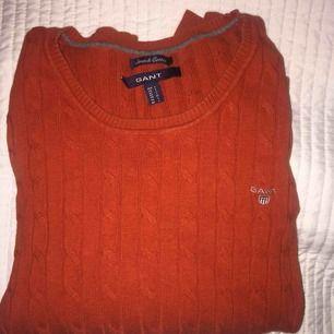 Snygg kabelstickad tröja från Gant i färgen burnt ochre och sitter som en M på.  Den är i väldigt bra skick och inköpt för 1199:- Vid intresse skicka ett meddelande för mer information. ❤️ Frakten ligger på 79kr.