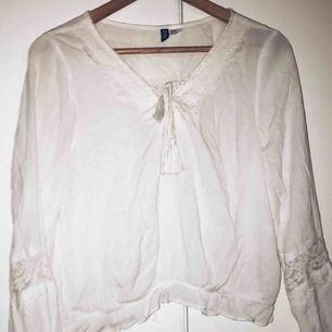 Fin vit blus, storlek 40 men funkar för 38 också eftersom jag är det och den passar mig. Köparen betalar frakten, använder swish :)