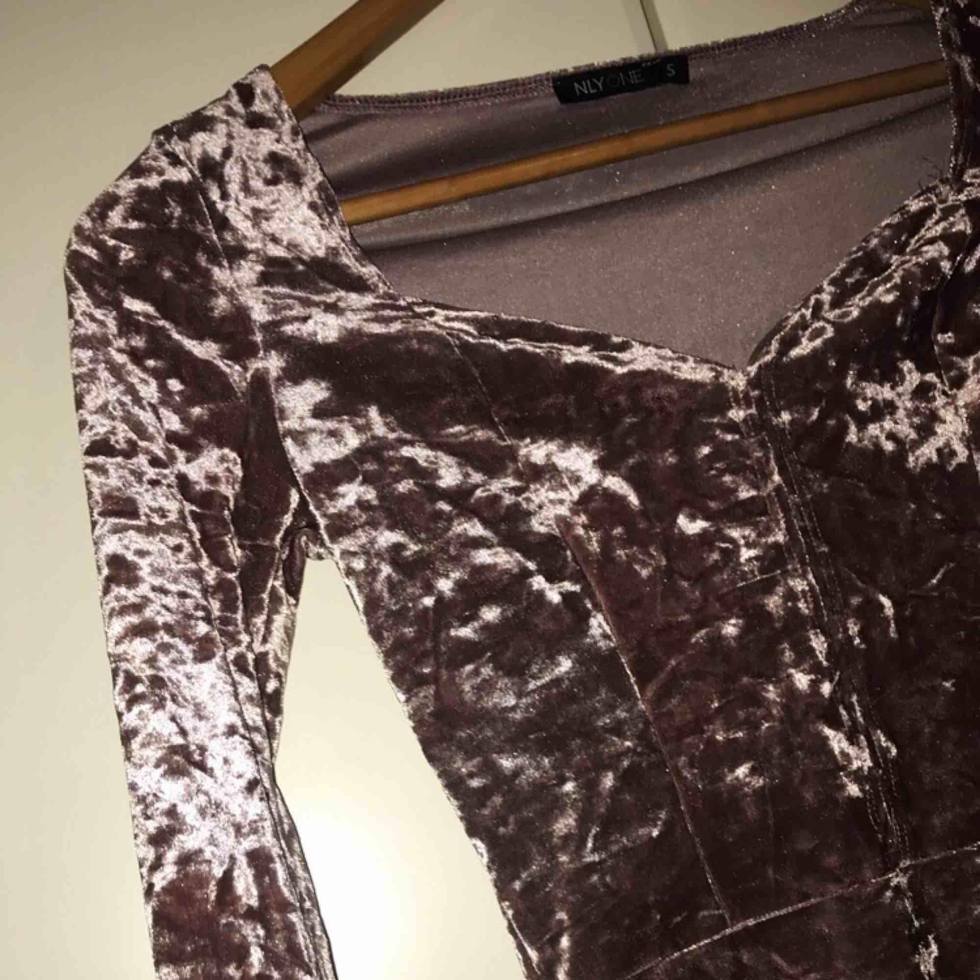 Snygg tröja köpt från nelly 😊  Använd bara en gång, köparen står för frakten. Använder swish :). Blusar.