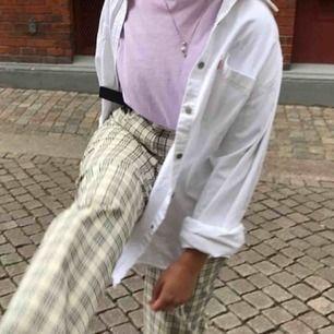 Sjukt snygg jeansskjorta från Levis, köpt second hand och använt den som oversize. Ärmarna går självklart att rulla ned. Hojta vid frågor eller för fler bilder! Kan gå ner något i pris vid snabb affär.