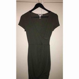 Olivgrön wrapped dress från Nelly. Aldrig använd.