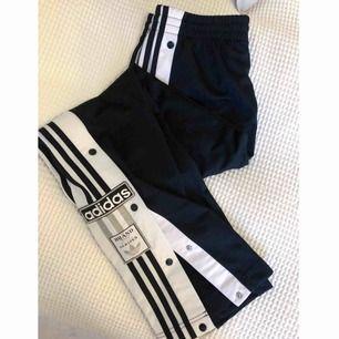Superfina svarta trackpants från Adidas. Modell: Adibreak. Storlek: 36. Knappt använda, legat i garderoben. Nypris: 699kr