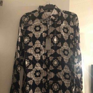 Skjorta från Topman Premium till man. Aldrig använd. Prislapp kvar. Nypris 600.   Köparen står för frakt, frakt tillkommer på 39 kronor alternativt 58 kronor för spårbar frakt. Kan även mötas upp i Kalmar. Betalning via swish 💫