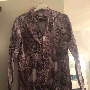 Skjorta från Selected Homme. Nypris 699. Prislapp kvar och aldrig använd.   Köparen står för frakt, frakt tillkommer på 39 kronor alternativt 58 kronor för spårbar frakt. Kan även mötas upp i Kalmar. Betalning via swish 💫