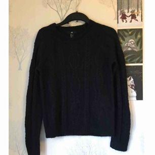 Stickad tröja, fint skick! Perfekt att ha en fin skjorta eller krage under.   Möts upp i Göteborg eller skickar mot frakt 🌸