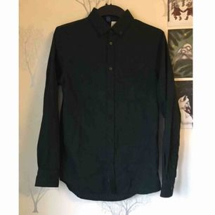 Mörkgrön skjorta i jätteskönt material! Använder den tyvärr inte så den förtjänar ett nytt hem.   Kan mötas upp i Göteborg eller skicka mot frakt 🌼