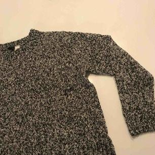 Varm stickad tröja som inte är stickig! Sitter snyggt oversize utan att vara för lång då den är något cropped!
