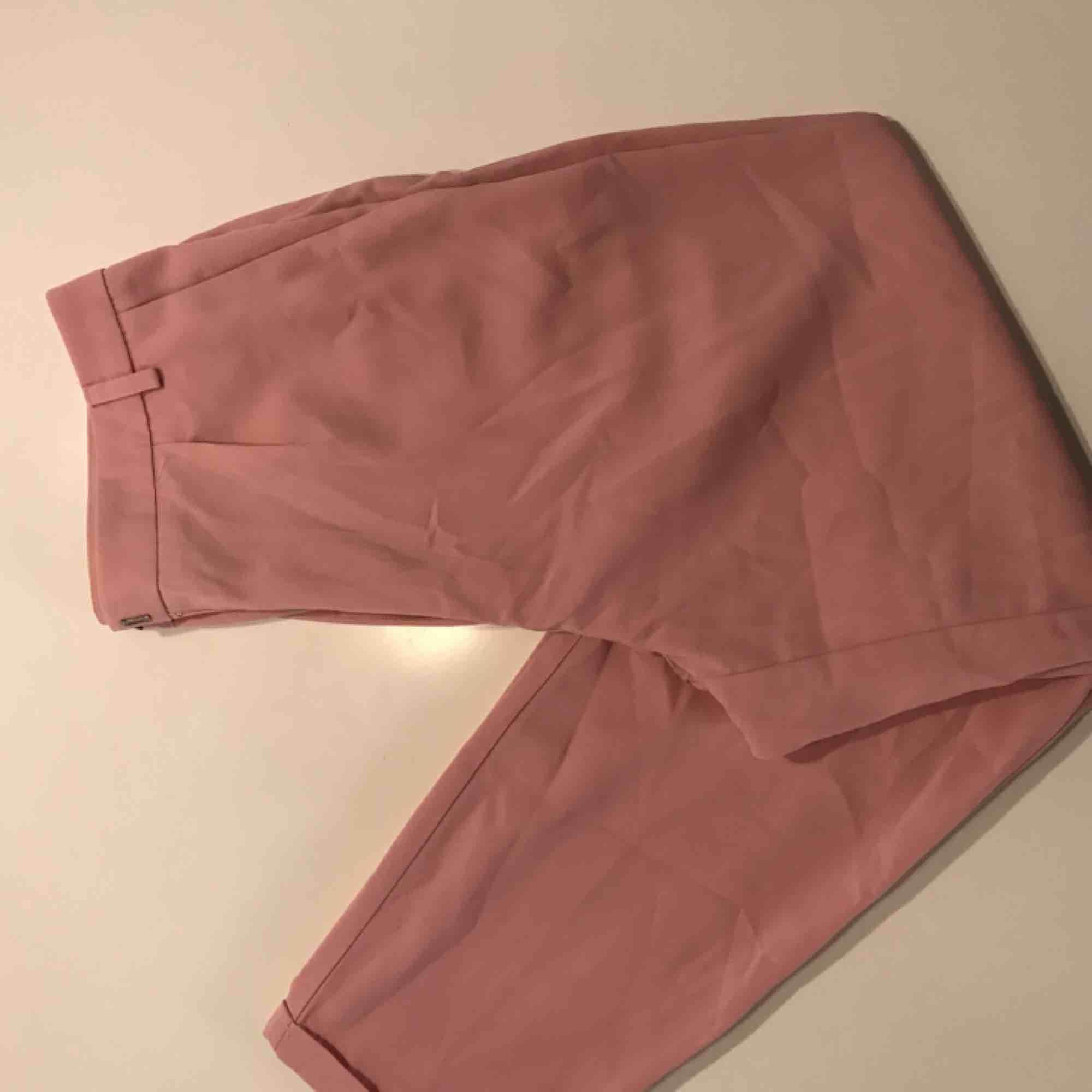 Snygga kostymbyxor i ljusrosa färg! Stryker dem självklart innan de skickas. De två sista bilderna ger rättvisa för färgen! . Jeans & Byxor.