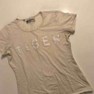 Vit t-shirt från tiger of sweden med TIGER-tryck på! Frakt ingår i priset!
