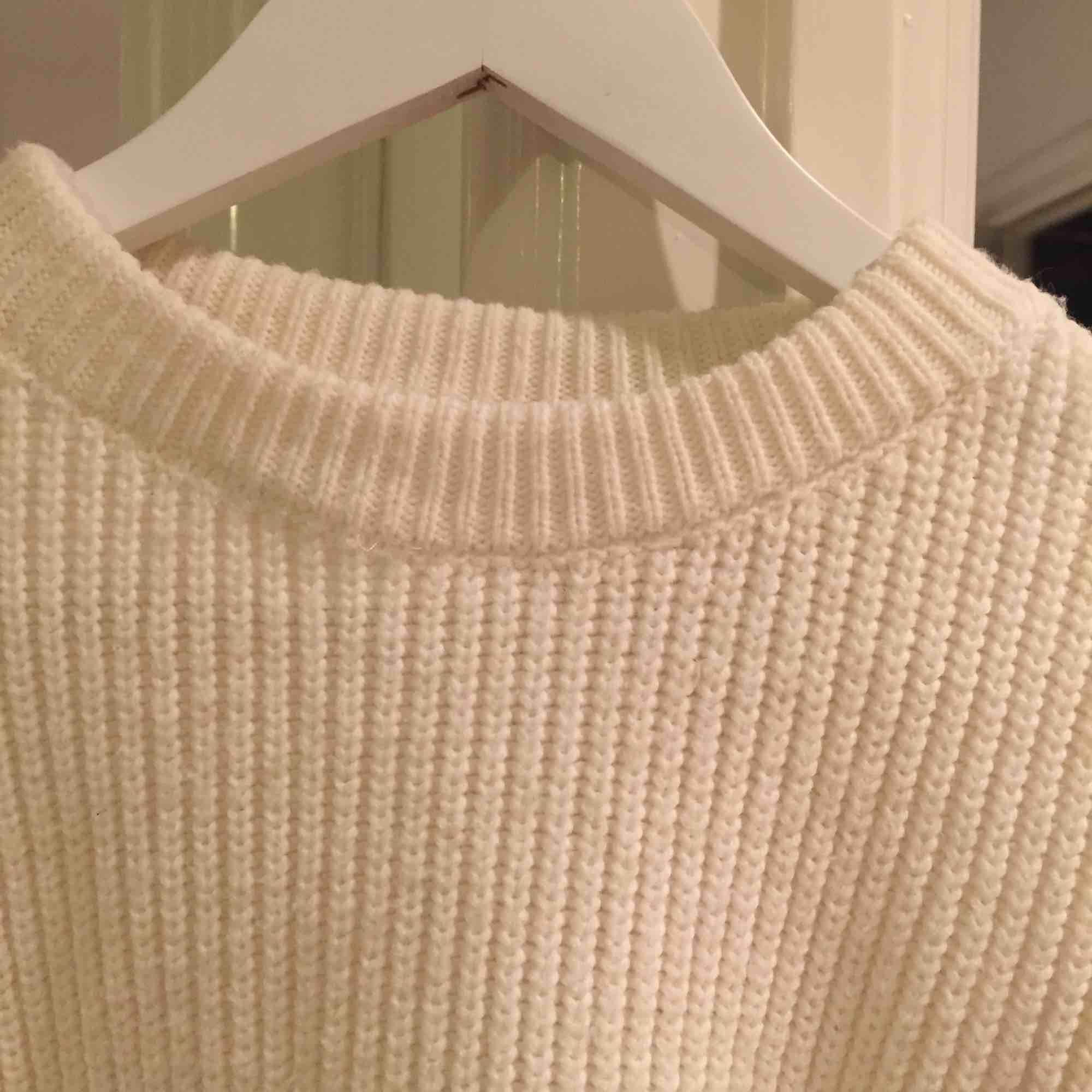Superfin stickad tröja med lite vidare armar. Gosig och fin passform! Kolla gärna in mina andra annonser för samfrakt ✨. Tröjor & Koftor.