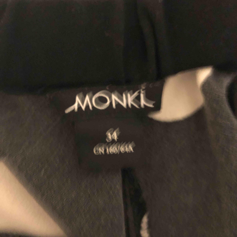 Jättesnygga kostymbyxor från Monki i ett tunnare material! Köpta på Sellpy men är tyvärr för små för mig. De är i fint skick. Frakt kostar 40kr. Katt finns i hemmet! . Jeans & Byxor.