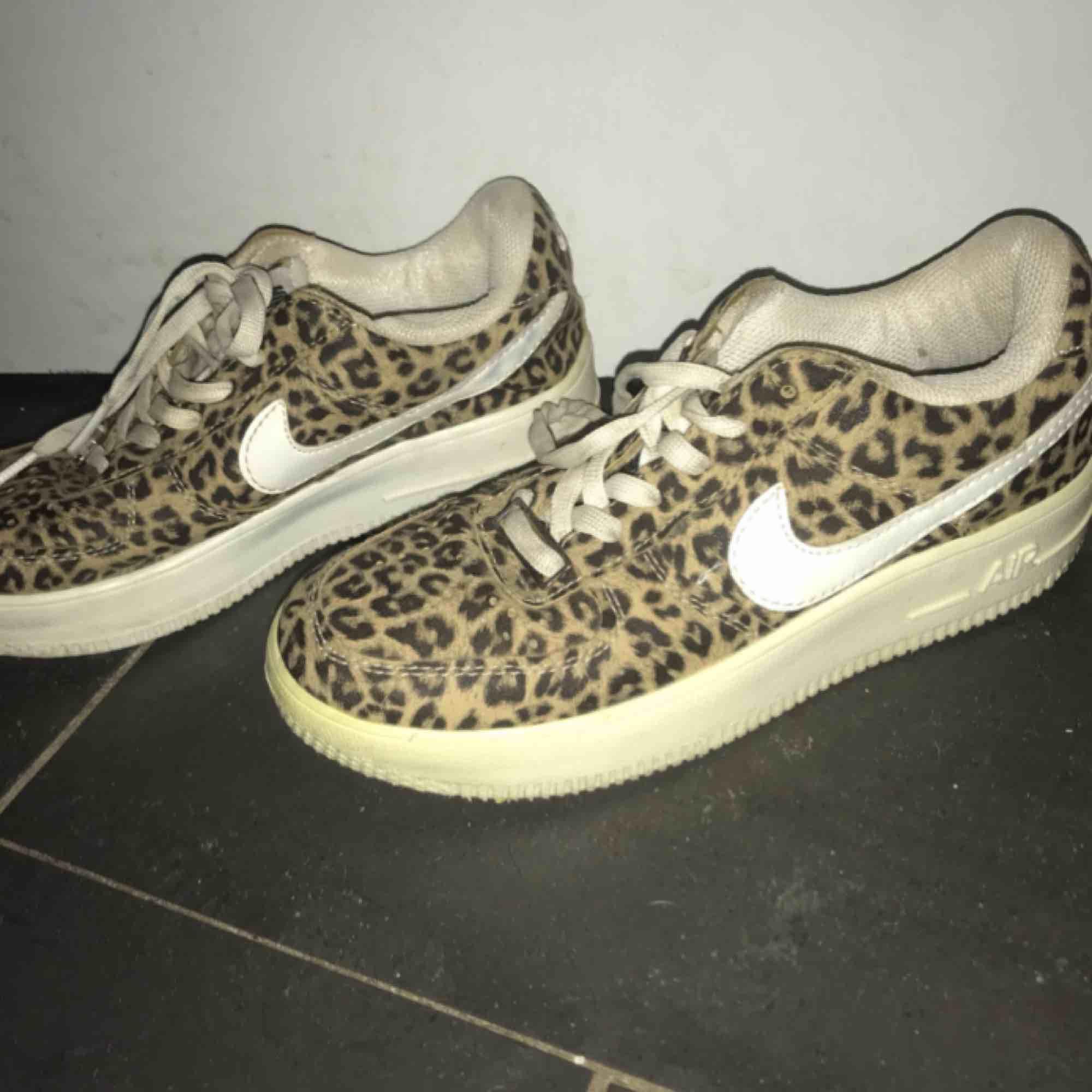Leopardfärgade Nike air force 1 sneakers 😊 Sparsamt använda, så i fin kvalite. Lite sliten sula inuti + snören som lätts byt ut. Stor rensning här hemma så gör gärna snabba affärer. Pris kan absolut diskuteras om det är önskat.. Skor.