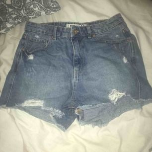 Jeans short med slitna detaljer och hög midja. Riktiga fickor bak och fram. Mycket sköna! Använda en sommar. Fint skick.