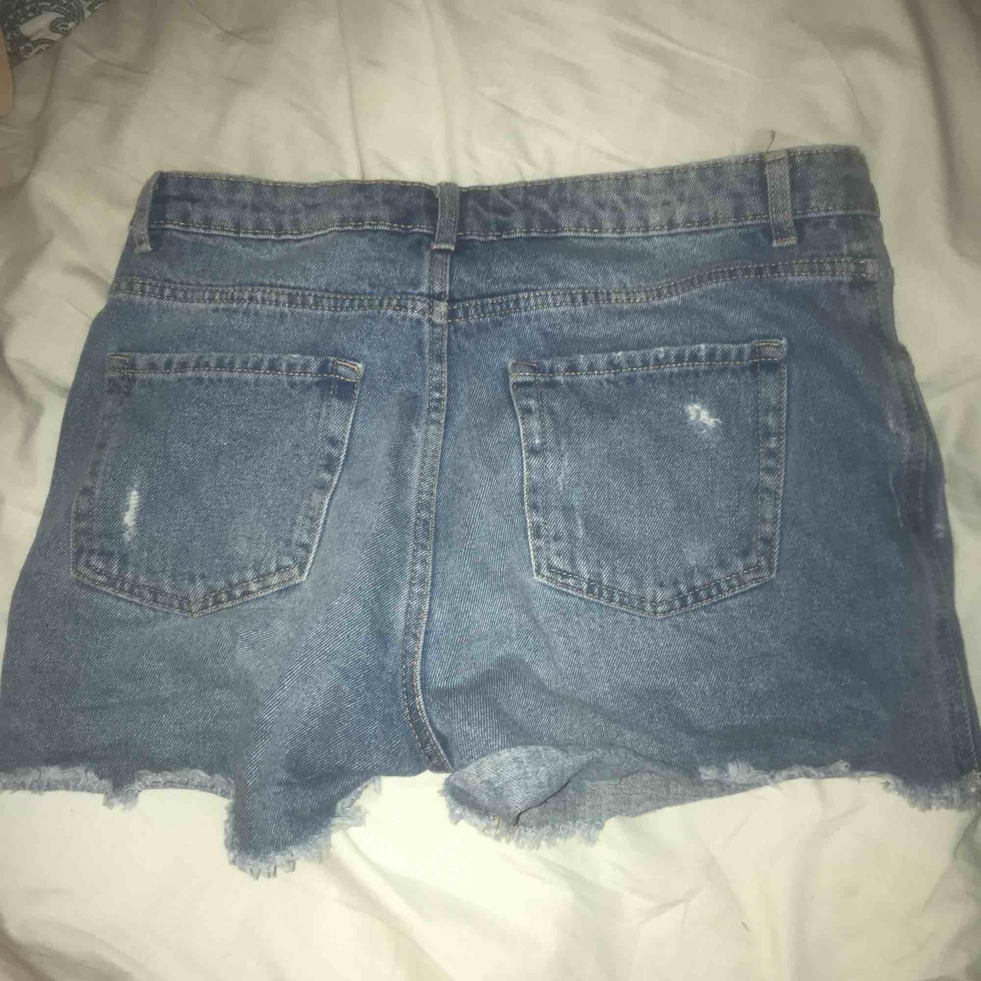 Jeans short med slitna detaljer och hög midja. Riktiga fickor bak och fram. Mycket sköna! Använda en sommar. Fint skick.. Jeans & Byxor.