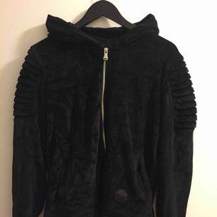 Säljer pga att jag inte har använt den på ett tag. Den är i mycket bra skick i mjukt material. Passar lika bra att ha som mysig hemma-tröja som en lite snyggare hoodie.