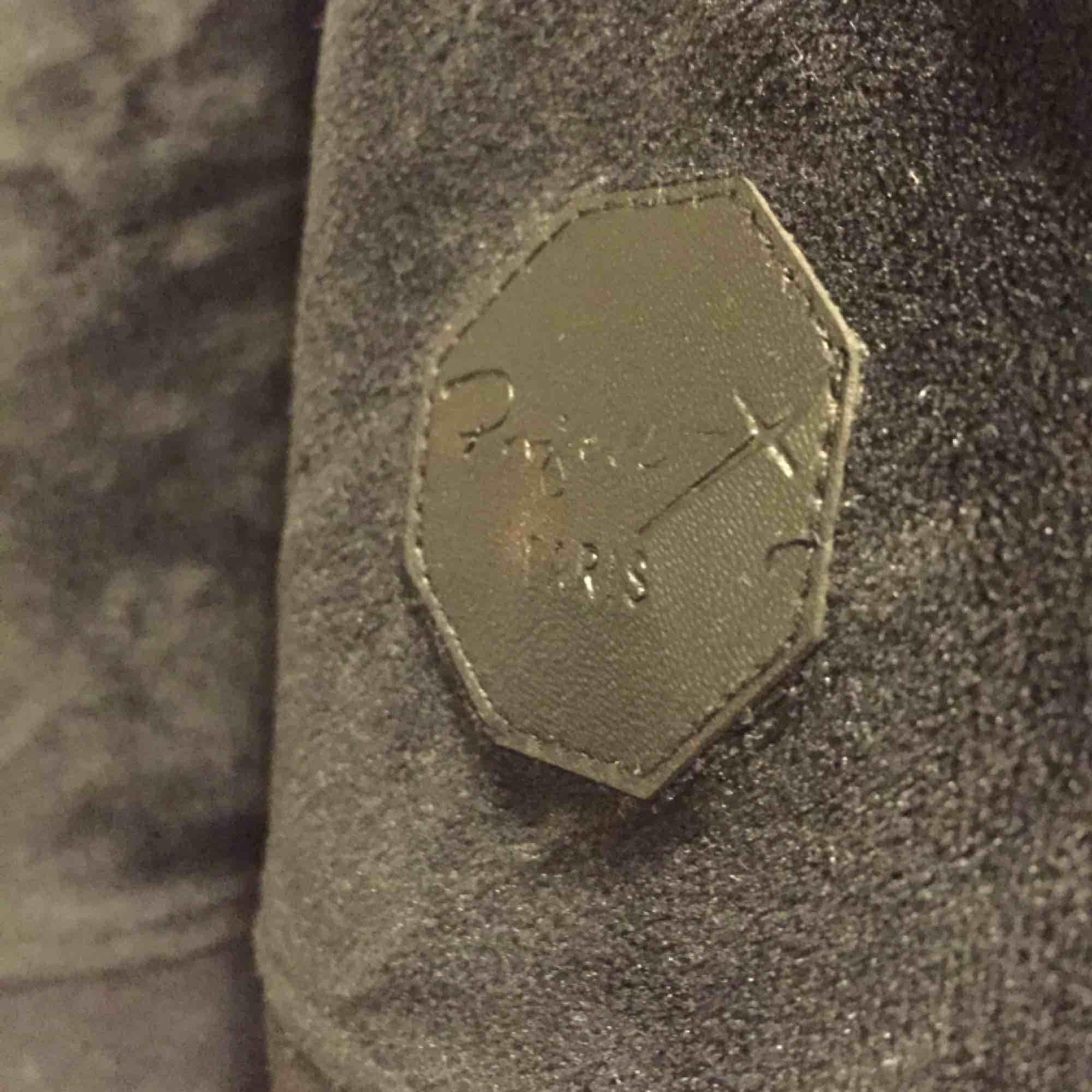 Säljer pga att jag inte har använt den på ett tag. Den är i mycket bra skick i mjukt material. Passar lika bra att ha som mysig hemma-tröja som en lite snyggare hoodie. . Tröjor & Koftor.