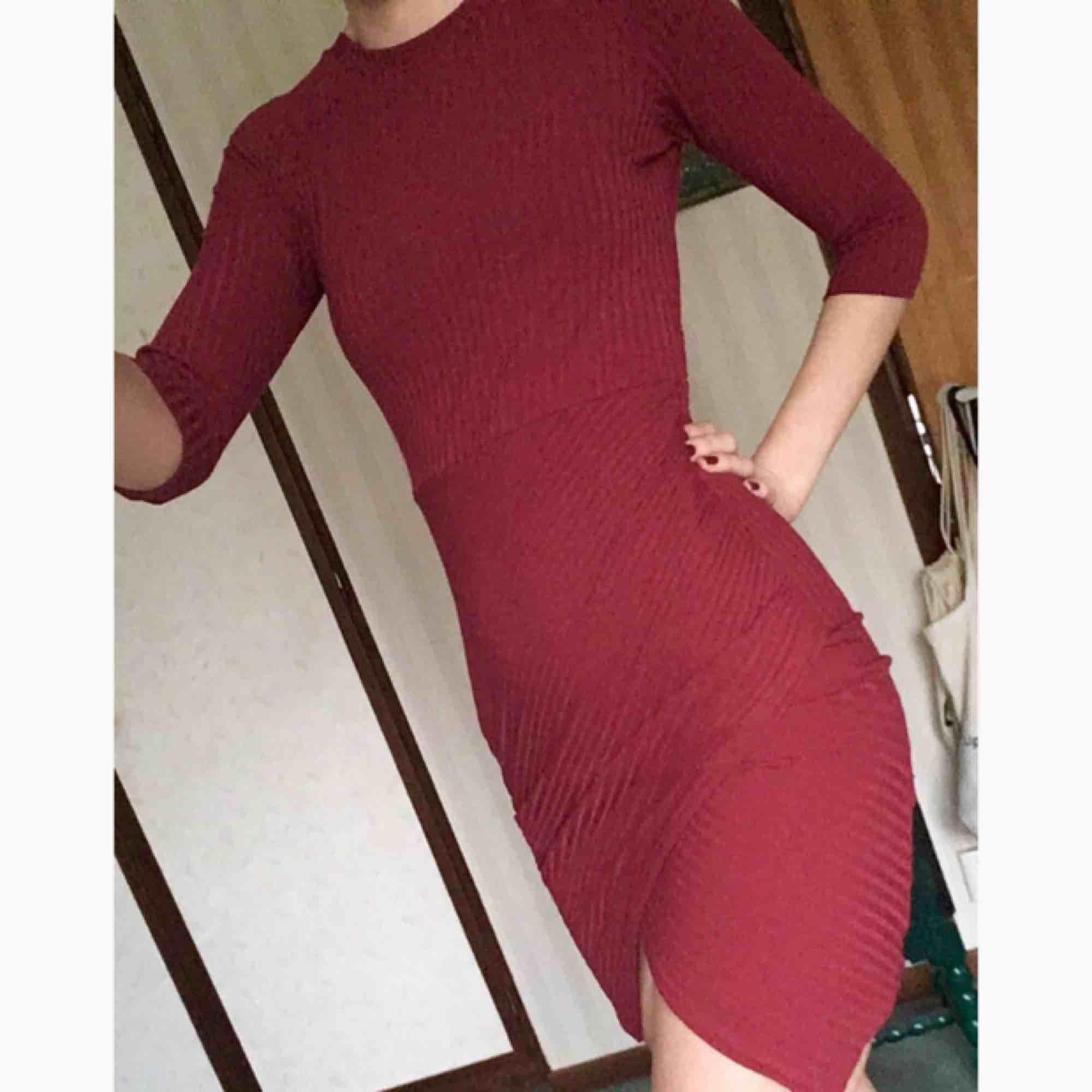 Röd klänning från Nelly, ribbad, omlott vid kjolen. Tycker den är jättefin men har aldrig kommit till användning, fint skick! Nypris var 300kr. Frakt på 20 kr tillkommer. 🌹. Klänningar.