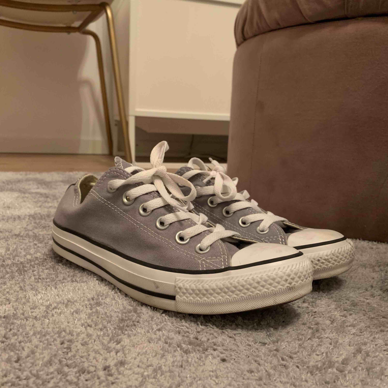 Gråa converse (äkta såklart) använda endast en gång! . Skor.