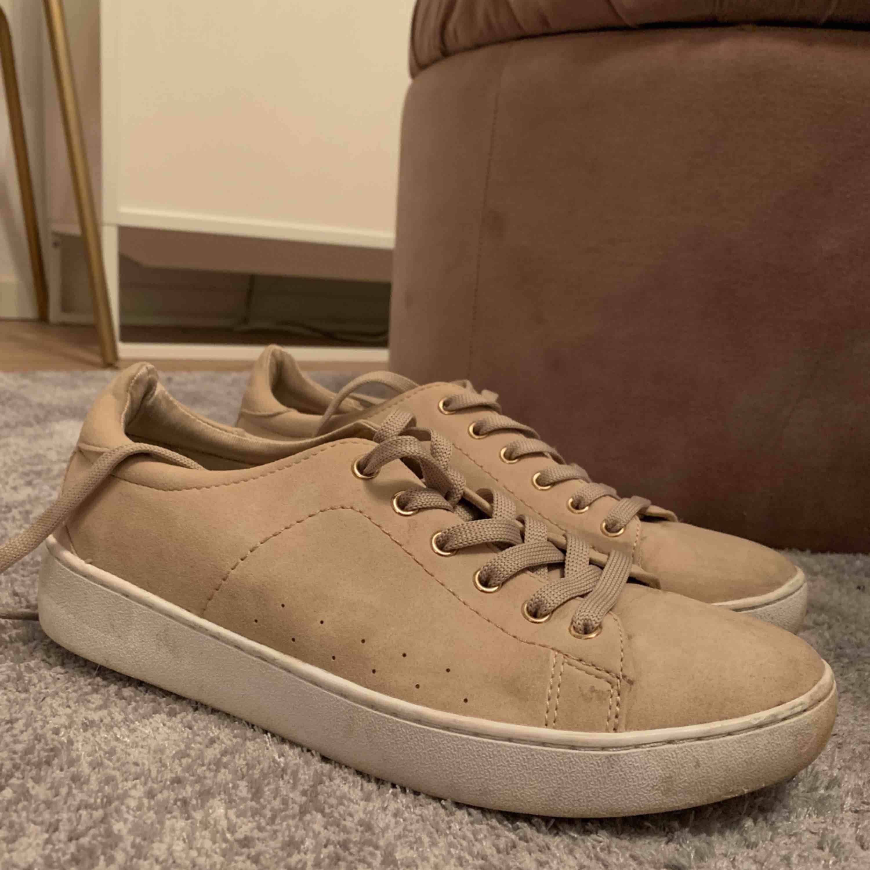 Beigerosa mocka sneakers! Rosé guld detaljer. Använda en gång💕. Skor.