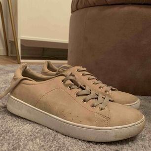Beigerosa mocka sneakers! Rosé guld detaljer. Använda en gång💕