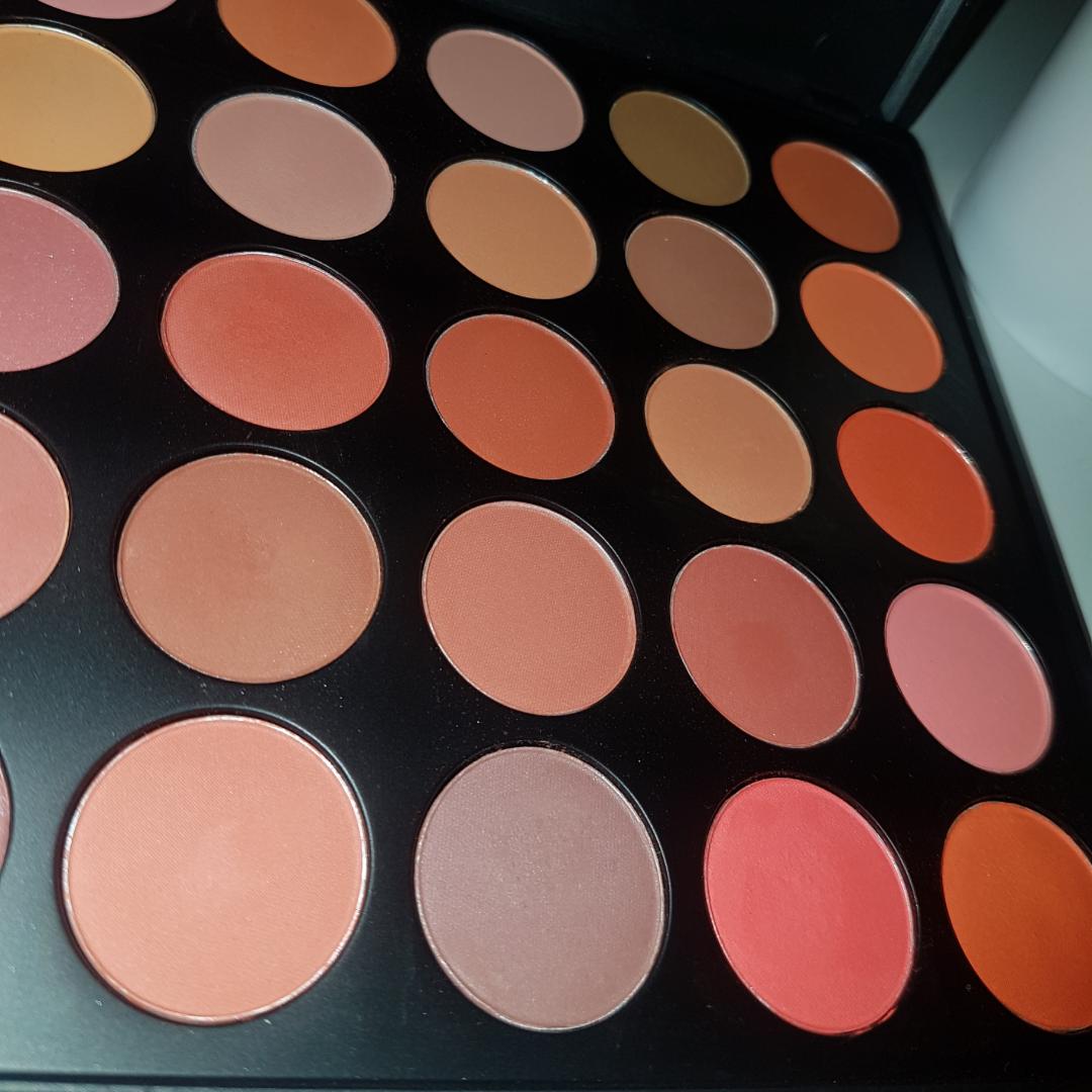 Eyeshadow palette mix 7 från Smashit Cosmetics, med 35  ögonskuggor i olika nyanser av orange, brunt och peach!🌼 Den är swatchad men annars aldrig använd, helt enkelt för att jag köper för mycket ögonskugga 😂  . Övrigt.