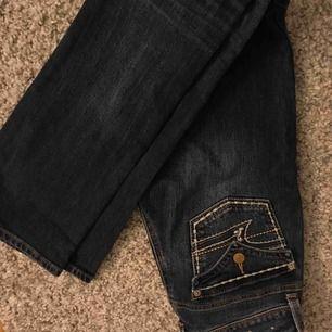 Ett par American eagle kick bootcut jeans i strl 00- Xs, nypris 1000kr, mitt pris - 200kr💖💖