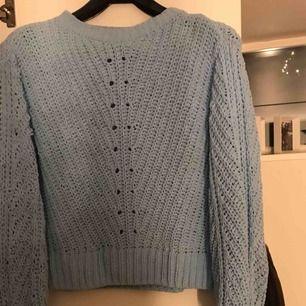 Säljer denna ljusblåa stickade tröjan, färgen på bilden är lite fel om man jämför med verkligheten, mer klar blå! Strl Xs💖 180kr