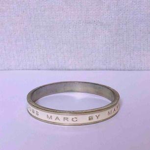 Armband som det står Marc by Marc Jacobs på. Jag har väldigt små handleder bör tilläggas.