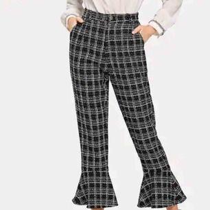 Säljer ett par byxor. Längden är 96 cm långa. Helt Oanvända byxor frakt tillkommer.  Frakt ingår i priset. Inköp för 300kr