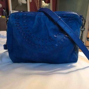 Snygg väska i mocka från coola Beck Söndergaard. Använt max 3 gånger. Riktigt fin i färgen! Köpare står för eventuell frakt.