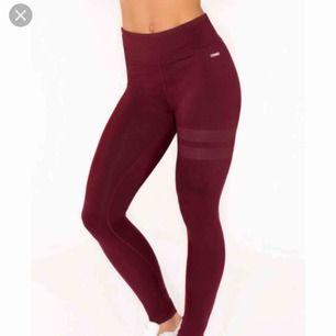 Hej! Söker ett par stronger tights eller gymshark tights i vinröd! Vet inte riktigt hur storlekarna är men XS funkar om det är stretch, annars Small. Hör av er!!