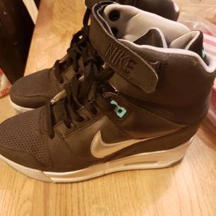 Otroligt mjuka och sköna Nike skor med  kilklack. Endast använda 1gång  Säljs pga en fotskada. Pris går att disskuteras vid snabb affär men inga skambud då dem nästintill är helt nya.