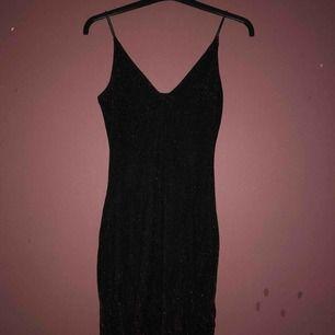 Snygg svart/röd glittrig klänning helt ny köpte här om dagen säljs pågrund av att jag beställde en helt svart så den hära röd/svarta kommer inte till användning och kan inte lämna den tillbaka för att jag tappade bort kvitto :/