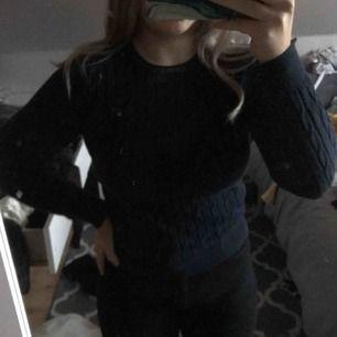 En marinblå kabelstickad gant tröja. Den är äkta och har ett stretchigt tyg. Tröjan är i jättefint skick. Frakt tillkommer!✨💕