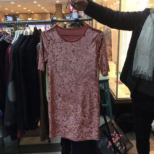 Fin oanvänd klänning i rosa sammet 🌸 Inköpt i Australien. Perfekt till fest!  Rak passform, längd på mitten av låret ( jag 165cm)  Frakt tillkommer  Pm för mer info 💕