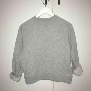 Grå Skön o snygg sweatshirt från HM. På bilden är ärmarna uppvikta, man kan vika ner dem. Säljer pga den blivit för liten för mig. Köparen står för frakten❤️❤️