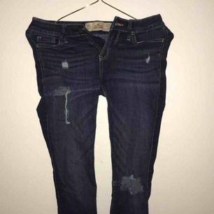 ett par mörkblåa jeans från hollister, använda ett fåtal gånger i väldigt bra skick, storlek XS. Säljer pga för små! köparen står för frakten ☺️