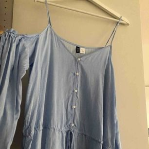 Oanvänd kort topp från H&M. Öppen vid axlarna. Aldrig använd.   Köparen står för frakt, frakt tillkommer på 39 kronor alternativt 58 kronor för spårbar frakt. Kan även mötas upp i Kalmar. Betalning via swish 💫