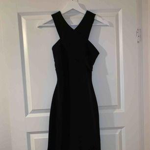 Svart tajt klänning från H&M  Med detaljer bak och fram Använd en gång Skriv för fler bilder