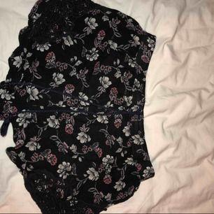 Blommiga shorts från Hollister. Använda ca 2 gånger. Som nya.