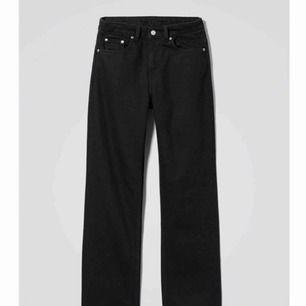 Svarta jeans i modellen Voyage från Weekday. Midja 27, längd 28. Oanvända med lappar kvar! Finns fortfarande i butik, nypris 500 kr. Möts gärna upp i Göteborg, men frakt funkar också! 🌞🌞