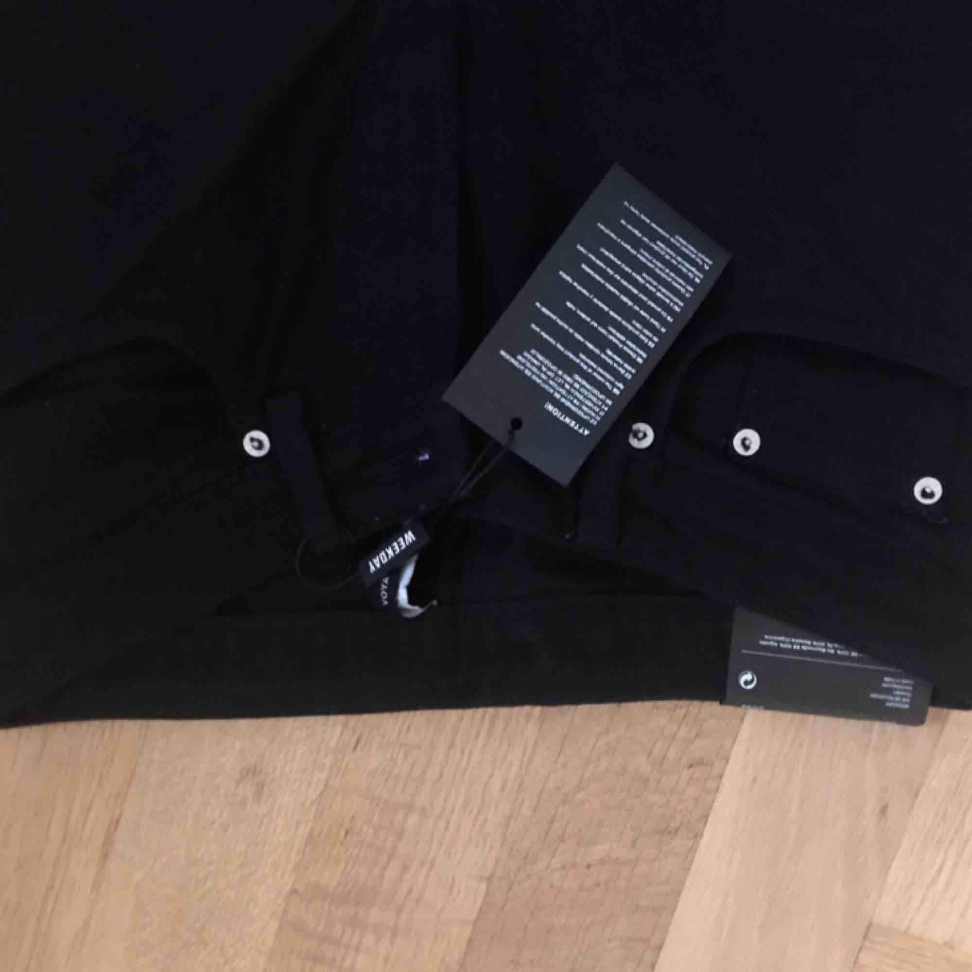 Svarta jeans i modellen Voyage från Weekday. Midja 27, längd 28. Oanvända med lappar kvar! Finns fortfarande i butik, nypris 500 kr. Möts gärna upp i Göteborg, men frakt funkar också! 🌞🌞  . Jeans & Byxor.
