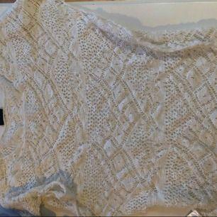 Spets t shirt i vit spets. Funkar som t shirt eller kanske strand tröja med bikini under.