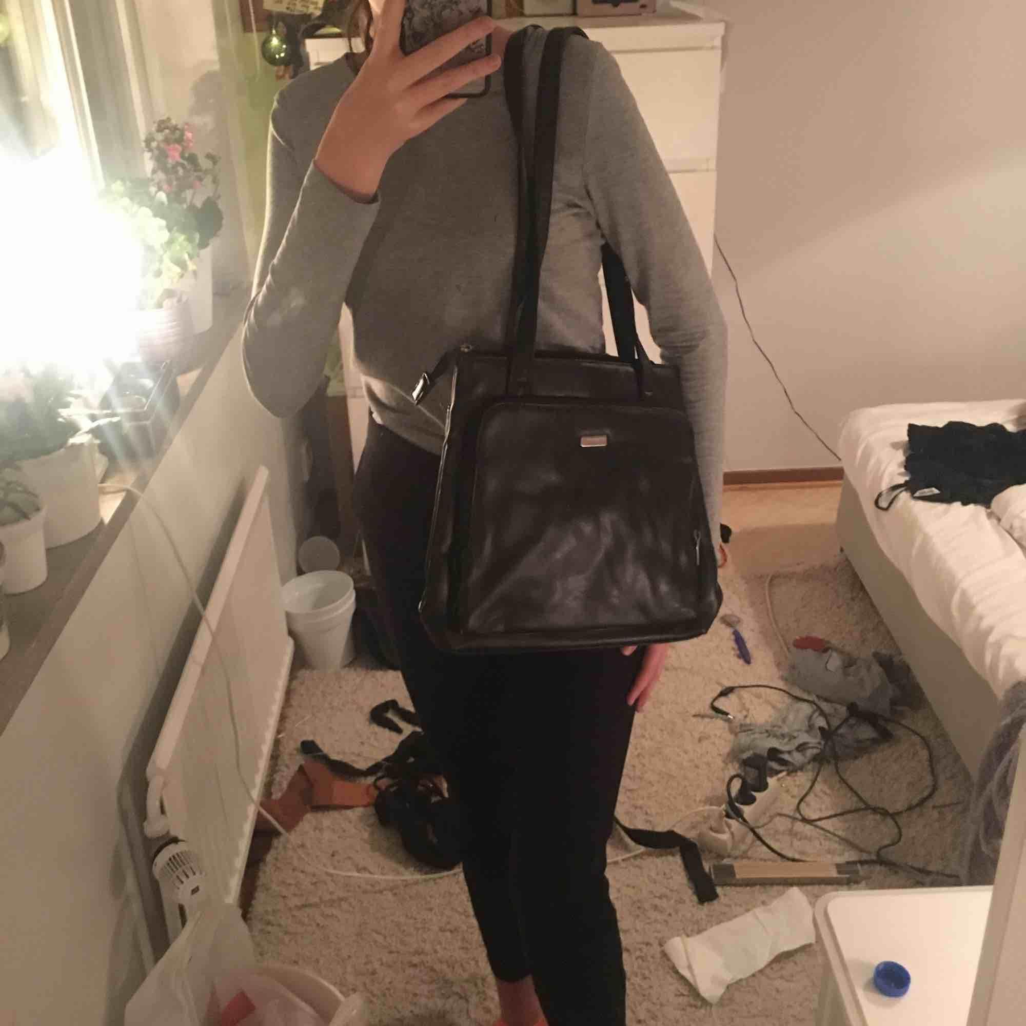 Svart handväska, midjelång, från Fabretti, knappt använd. Köparen står för frakten. För mer info skriv i chatten. Väskor.