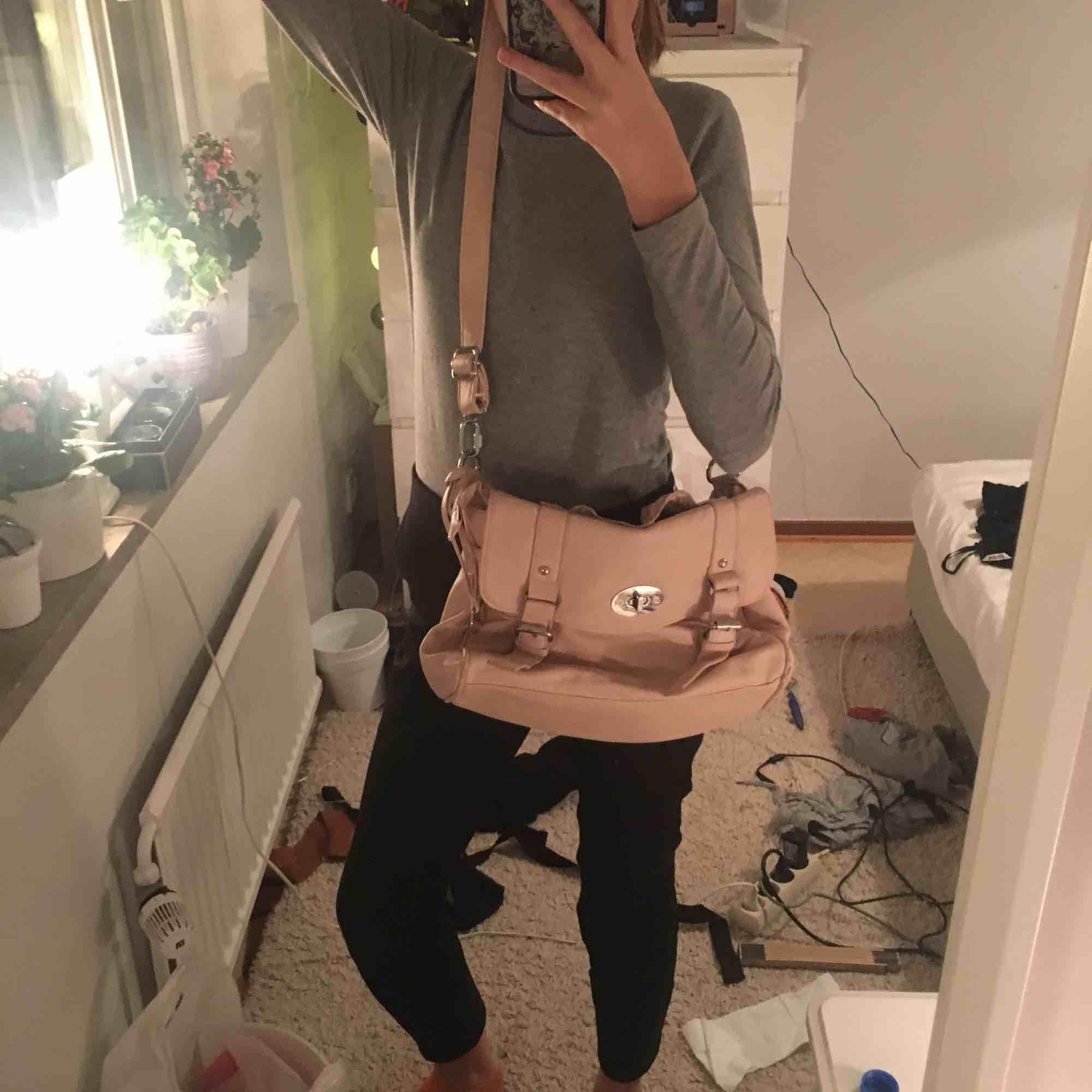 Rosa/ laxfärgad justerbar väska. Köparen står för frakten. För mer info eller bilder skriv i chatten.. Väskor.