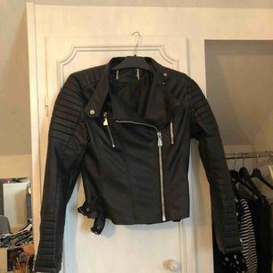 Säljer min supersnygga Moto jacket från Chiquelle! Dock är de en ganska så  liten M c7dc511444d14