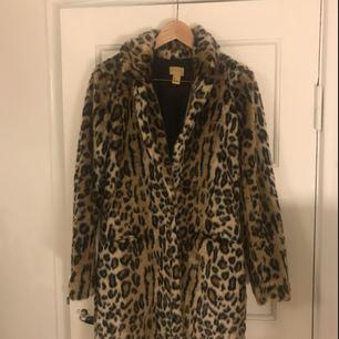 säljer min suuuper snygga leopard kappa då den inte används så mycket som den borde tyvärr, frakt tillkommer på 60kr✨